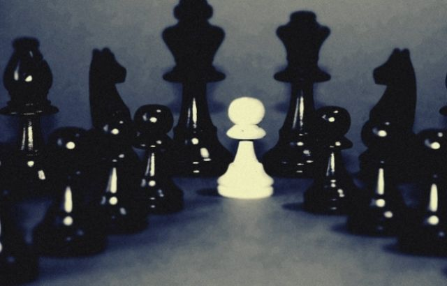 How does the queen move in chess