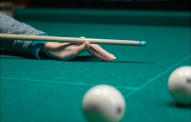 How to hold a snooker cue